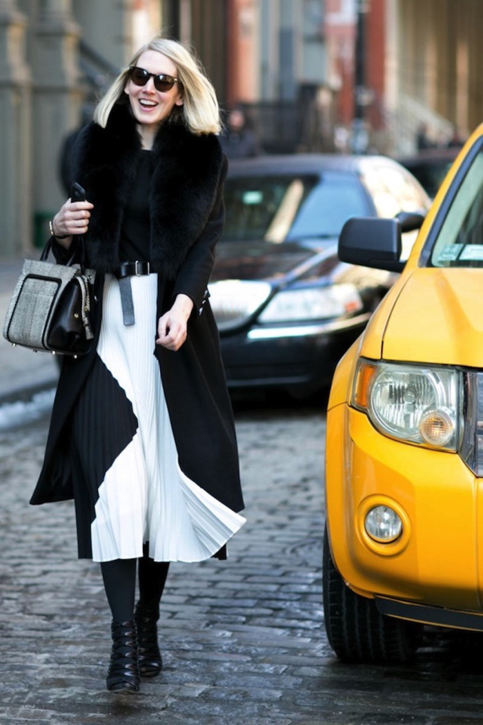 kurzhaar bob idee für blonden haaren, glatt gestaltet, präziser haarschnitt, schwarz weißes outfit in der stadt, ein taxi in hintergrund