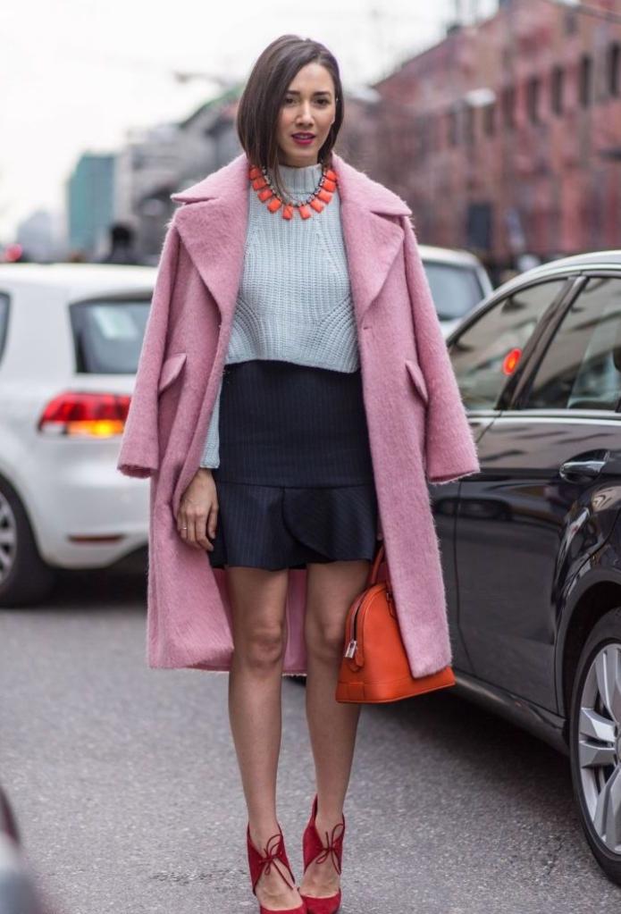 kurzhaar bob, rosa mantel, rote tasche, rote halskette, graue pulli, schwarzer rock
