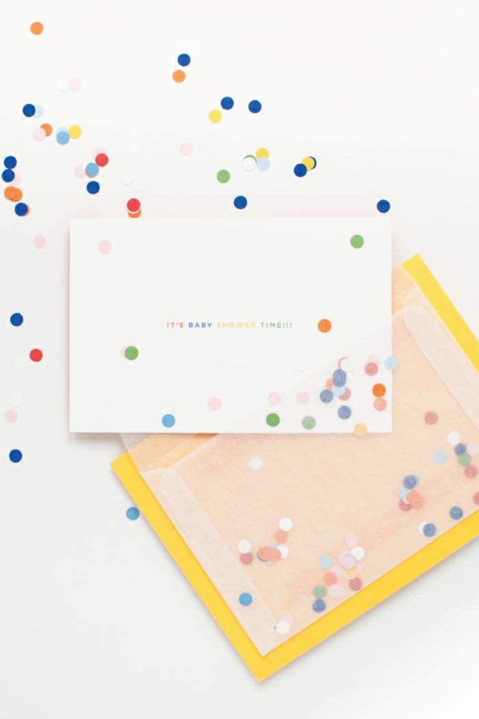 eine Einladung zur Babyparty, ein durchsichtiger Umschlag, kleine Konffeti, Einladungskarten basteln