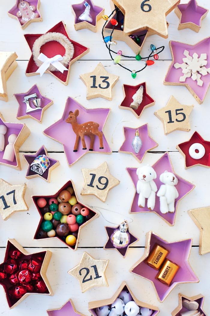 kleine Schachteln in der Form von Sternen voller kleine weihnachtliche Dekorationen, Holzperlen und Sonstiges