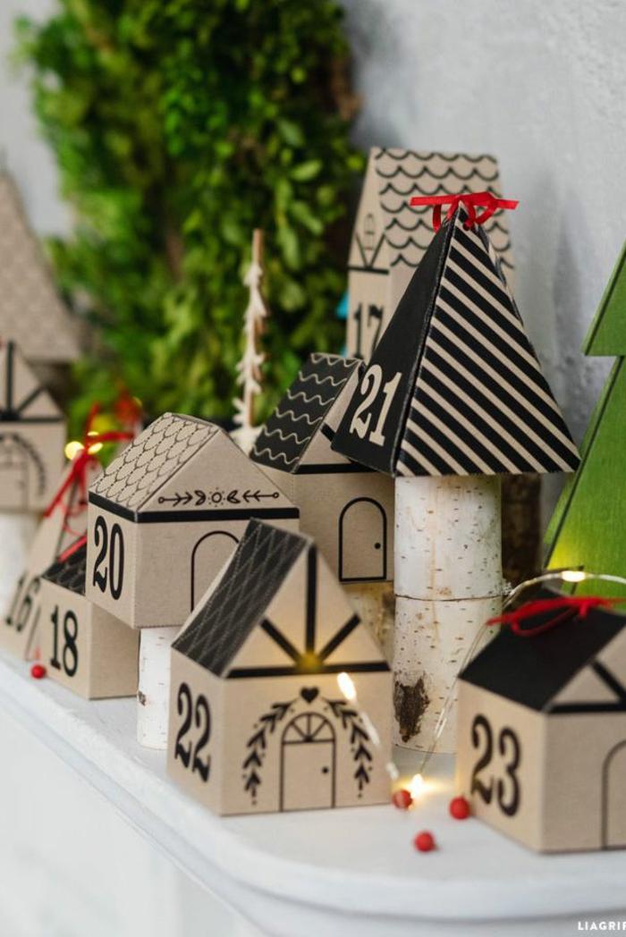 kleine Häuschen mit Nummern bis fünfundzwanzig, beleuchtet von einer Lichterkette, Adventskalender befüllen
