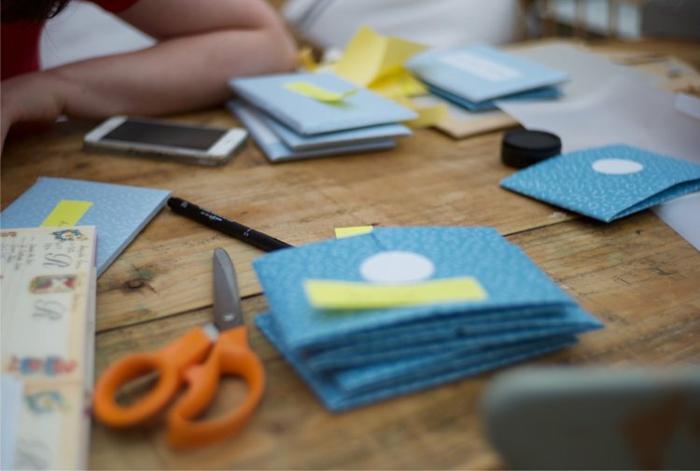 kleine blaue Briefumschläge mit gelben Kärtchen, Schritt für Schritt Einladungskarten selber basteln