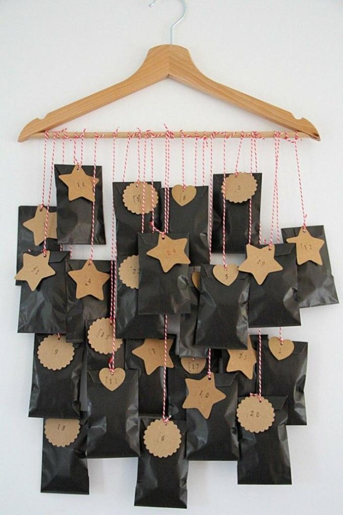 schwarze Tüten mit Anhängern, Adventskalender befüllen, auf einem Kleiderbügel hängen