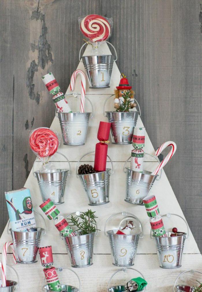 Weihnachtskalender basteln, kleine Eimerchen voller Süßigkeiten für jeden Tag vor Weihnachten