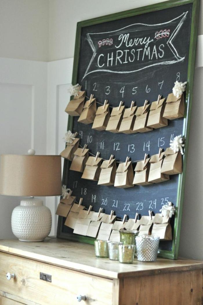 eine schwarze Tafel mit Nummern und kleine Tüten als Weihnachtskalender basteln, eine Aufschrift Merry Christmas