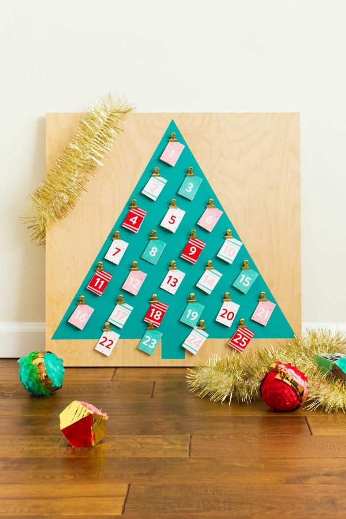 ein Weihnachtsbaum auf Brett mit vielen kleinen Karten, Weihnachtskalender basteln mit Girlanden