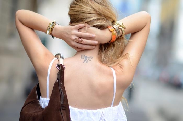 tattoo vorlagen, ein beispiel mit dem tattoo von chiara ferragni, weißes top, blonde haare, band tattoo
