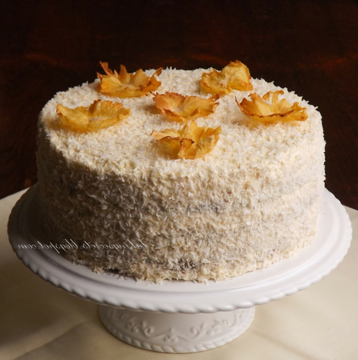Raffaello selber machen, eine Torte, die mit gelben Blättern aus Zucker bedeckt ist