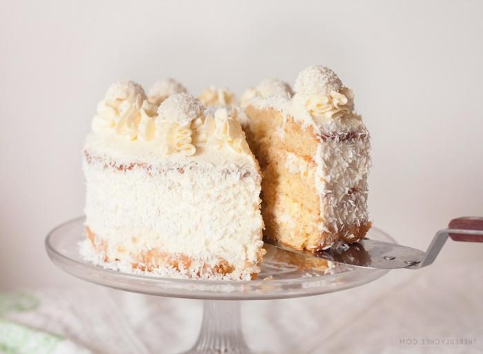 eine bildschöne Raffaello Torte, mit Kokos Raspeln und gelbe Creme für die Blüten
