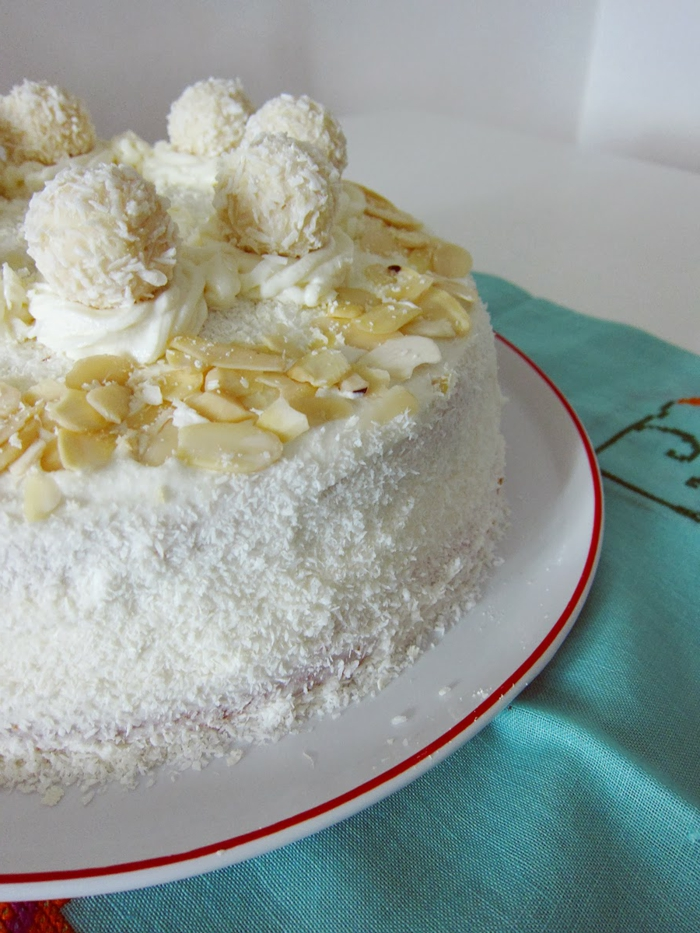 Raffaello selber machen, weiße Torte mit Makadamianüssen und weiße Blumchen