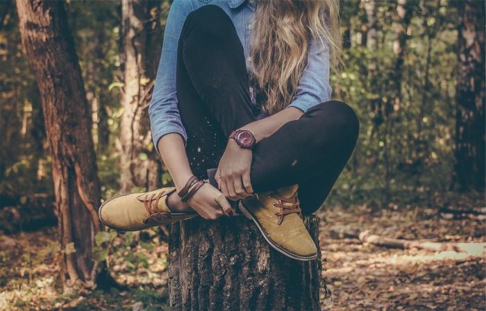 ein Mädchen trägt bequeme Schuhe