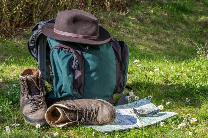 Rucksack, bequeme Schuhe und ein Hut