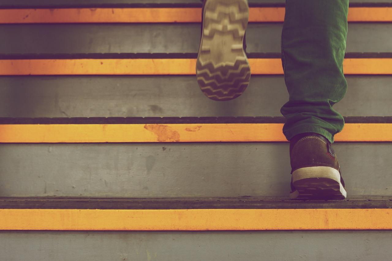 laufen Sie die Treppen hinauf mit bequemen Schuhen