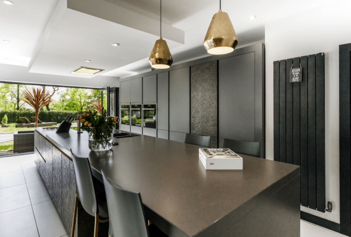 küche planen und einrichten, hilfreiche tipps, designer kücheneinrichtung in anthrazit, goldene pendellecuhten