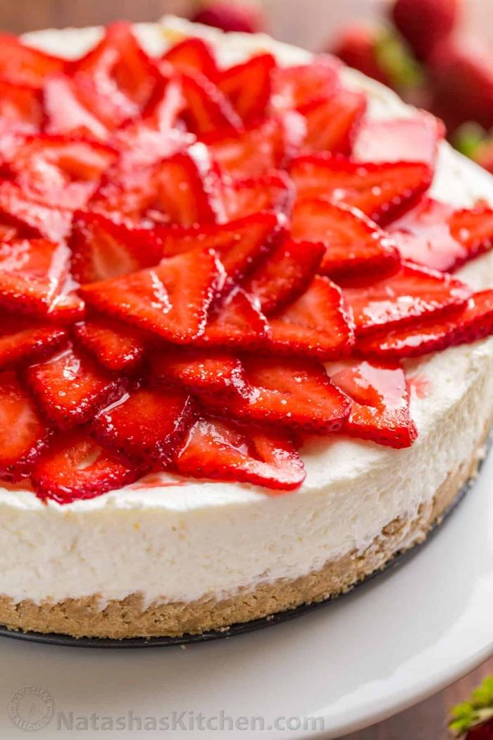 torte mit frischkäse und erdbeeren, kuchen mit butterkeksen, stücke früchte