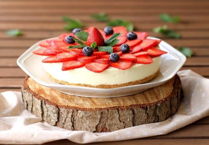 große schiebe holz, dessert mit erdbeerne und blaubeeren, kuchen mit butterkeksen