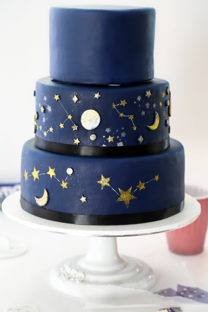 kuchen mit fondant dekorieren, große torte zum 16. geburtstag, himmel mit sternen, nachthimmel