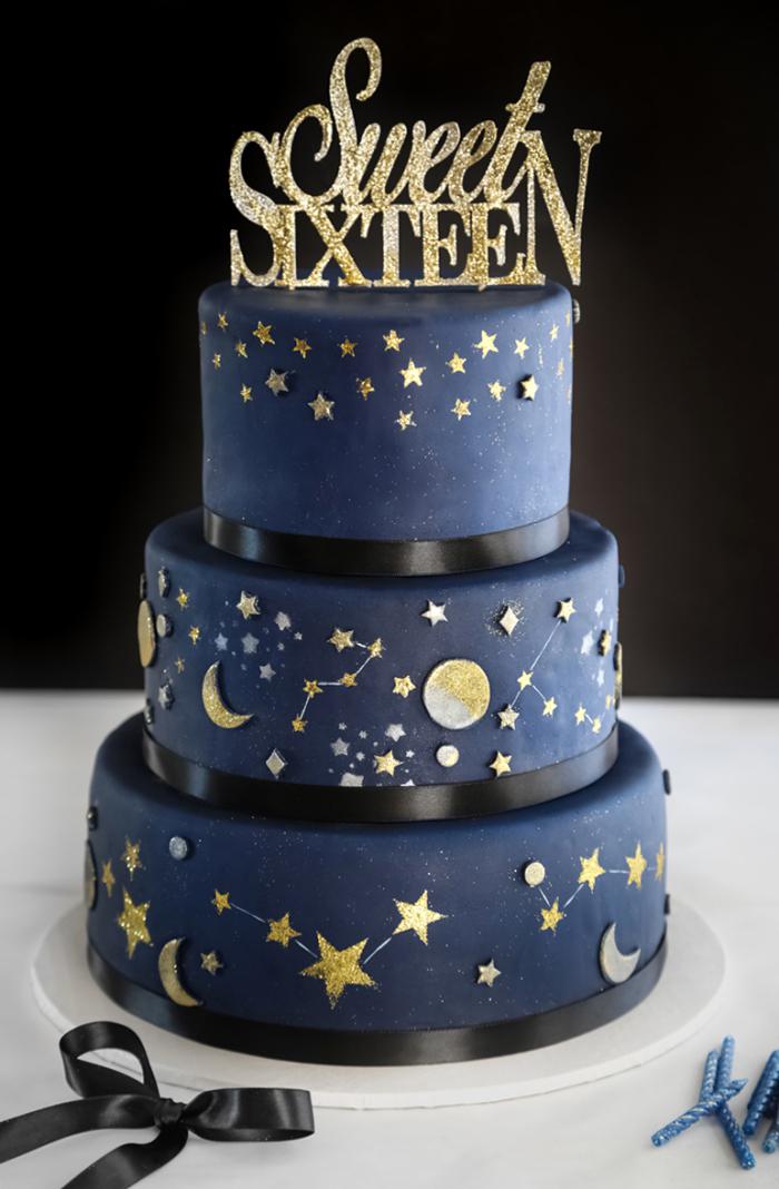 kuchen mit fondant dekorieren, torte zum 16. geburtstag in gold und dunkelblau, schwarze schleife