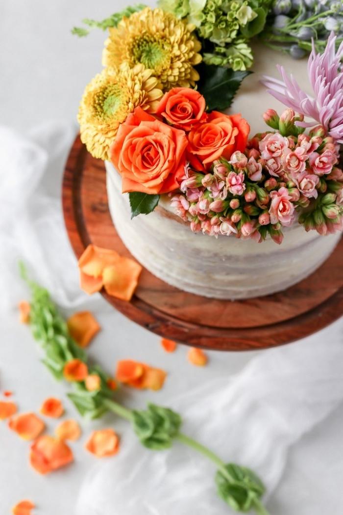 kuchen verzieren, orangenfarbige rosen, bunte blumen als tortendeko, tutorial