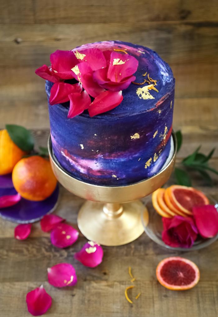 kuchen verzieren, torte zum geburtstag dekoriert mit creme in verschiedenen farben und rosenblättern