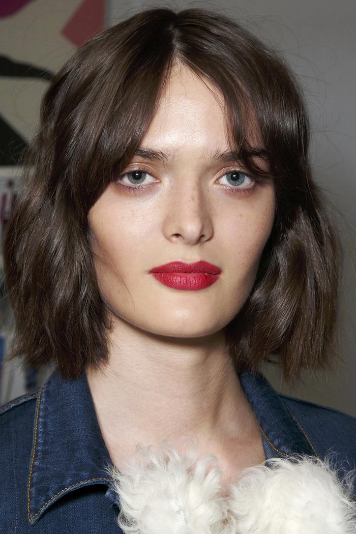 wellen in den haaren, bob frisuren kurz stufig bei natürlicher haarfarbe, rote lippen, blaue augen, wangenknochen unterstrichen