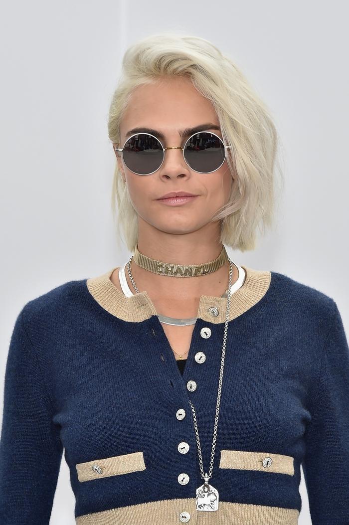 ideen für blonde bob frisuren kurz stufig, cooler look, chanel choker, runde brille, blau goldene weste