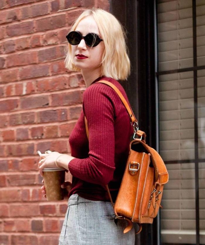 shaggy bob ideen, bordeaux pullover mit lippenstift in der selben farbe, kaffee in der hand, lederrucksack