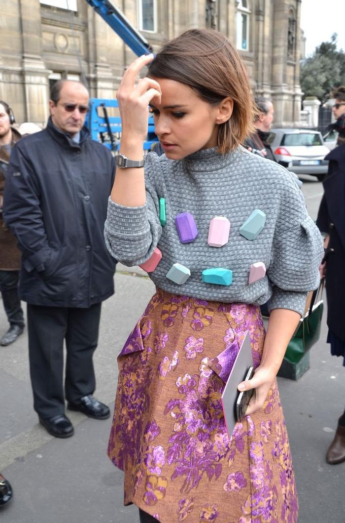 bob frisuren stufig gestalten und stylen, ideen zum trendy outfit, moderne pulli und rock kombi