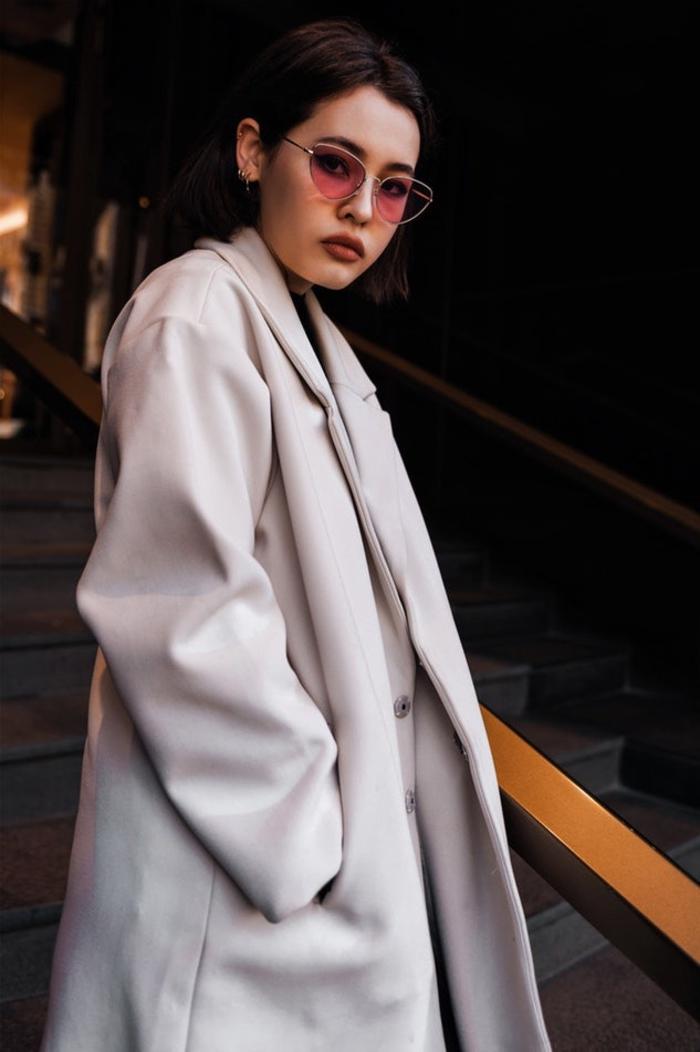 bob frisur stufig ideen, rosarote brille, großer grauer mantel, ideen für die moderne frau