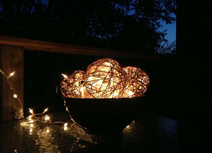 runde Bälle mit Lichterketten beleuchtet, mithilfe von Ballonen ausarbeitet, beleuchten den Garten