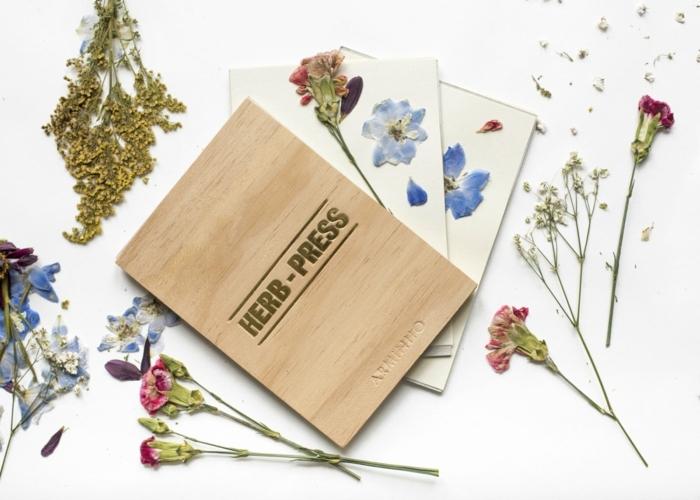 eine Kräuter Presse aus Holz, damit hat man die Kräuter für das Bastelprojekt vorbereitet, Lampion basteln