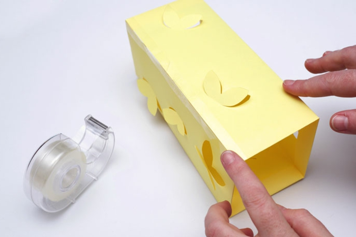 eine Anleitung, wie Sie die gelbe Laterne kleben, eine schöne Laterne basteln