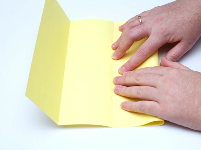 eine Anleitung, wie Sie die gelbe Laterne, Laterne basteln mit vier Wänden, ganz geschickt