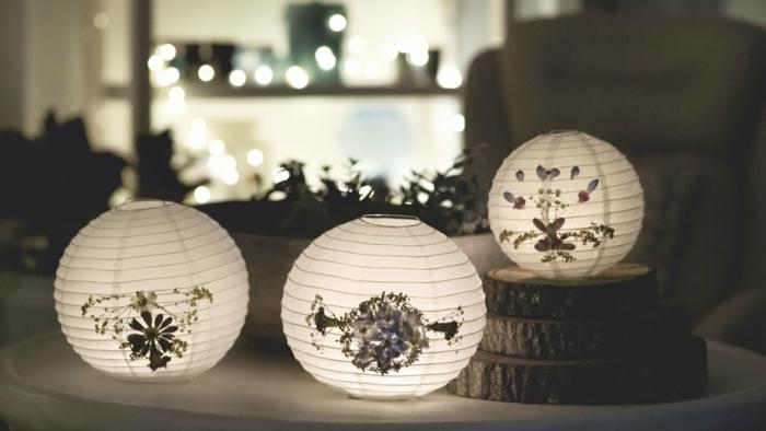 drei Laternen mit trockenen Blumen als Dekoration, Lampion basteln zur Dekoration