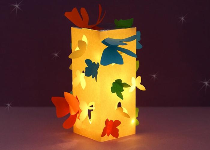 eine gelbe Laterne, die am Abend leuchtet, kleine Steren, die sie herstellt, Laterne basteln