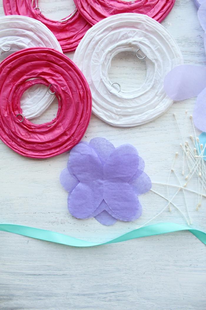 schneiden Sie aus lila Seide Kronblätter, Bastelanleitung Laterne, rosa und weiße Laterne