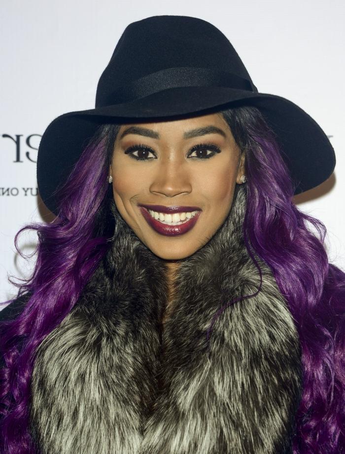 ideen für haarfarbe lila, eine schöne frau mit hut, dunkelrotem lippenstift, großen hut und flauschige jacke
