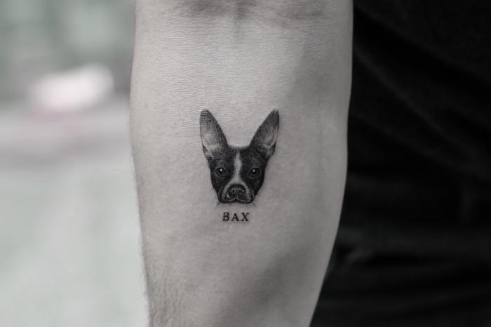 männer tattoos, der mann liebt sein hund immer, eine abbildung von dem haustier am arm und sein name darunter