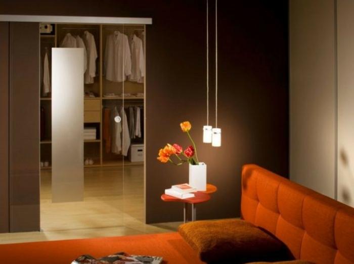 ein rotes Bett, hängende Lampen, Ankleideraum, moderne Wohnung
