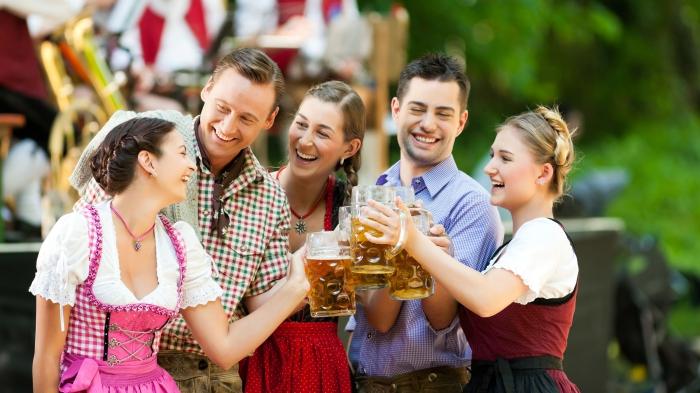 oktoberfest outfit, tipps für einen prfekten look, traditionelle deutsche trachten, bier, freunde
