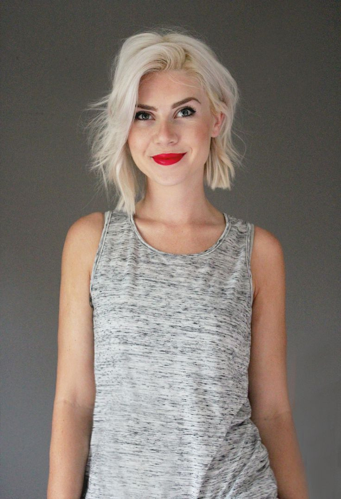 bob frisuren mittellang, stufige gestaltung platinum farbe haare, rote lippen, dezente restliche schminke