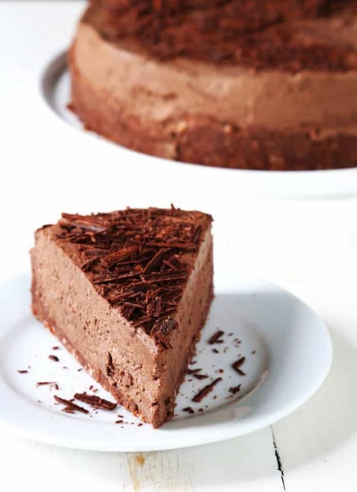torte mit schokolade, philadelphia küsekuchen, weißer teller, leckeres dessert