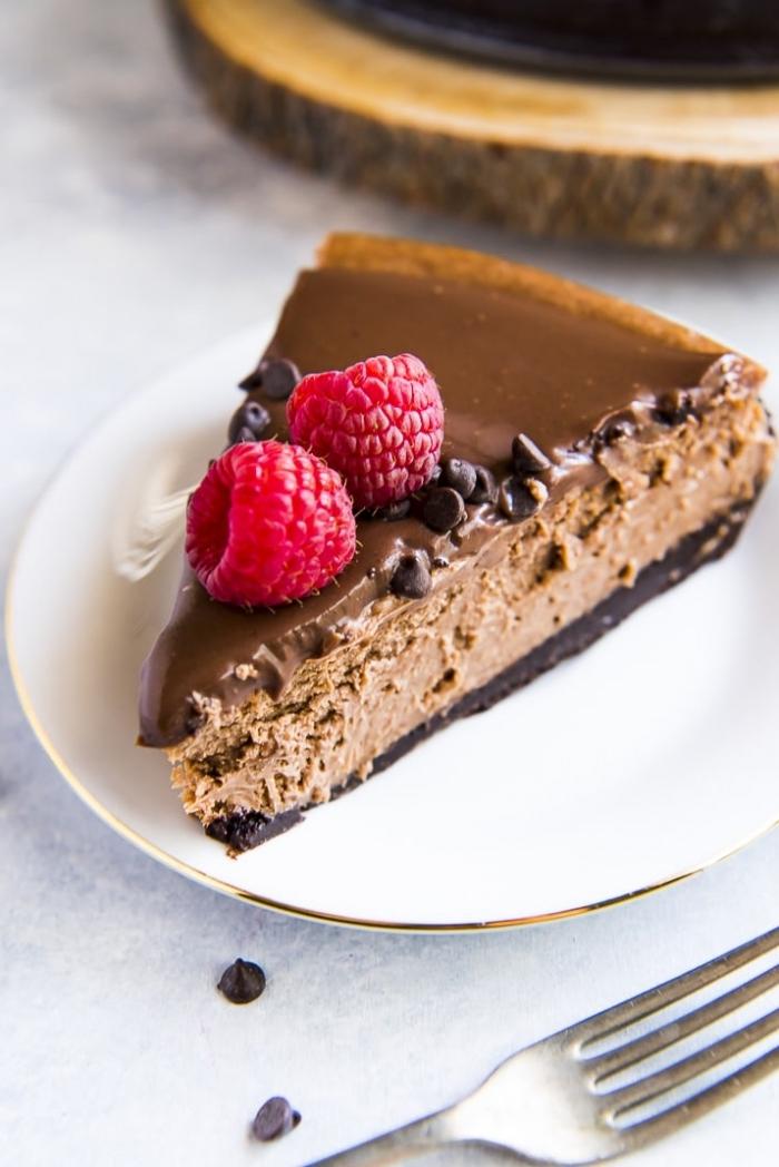 philadelphia käsekuchen, stück torte, kuchen mit schokolade dekroiert mit himbeeren, nachtisch