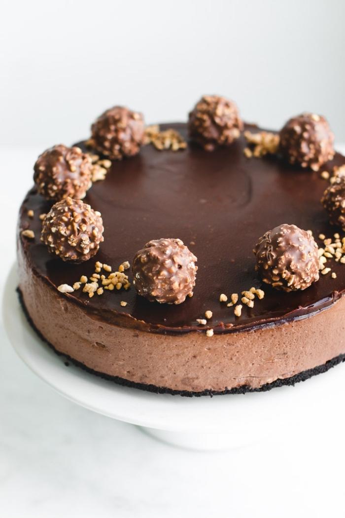philadelphia kuchen mit nutella schokolade, geburtstagstorte dekoriert mit bonbons und erdnüssen