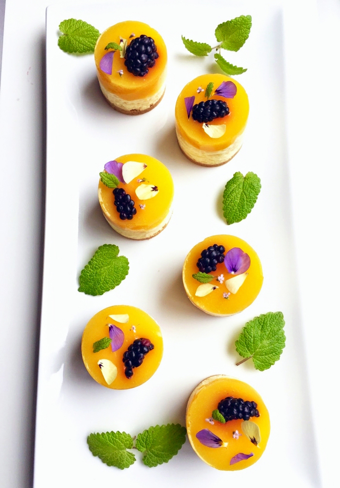 philadelphia rezepte, mini törtchen mit mango dekoriert mit brombeeren und blütenbläter