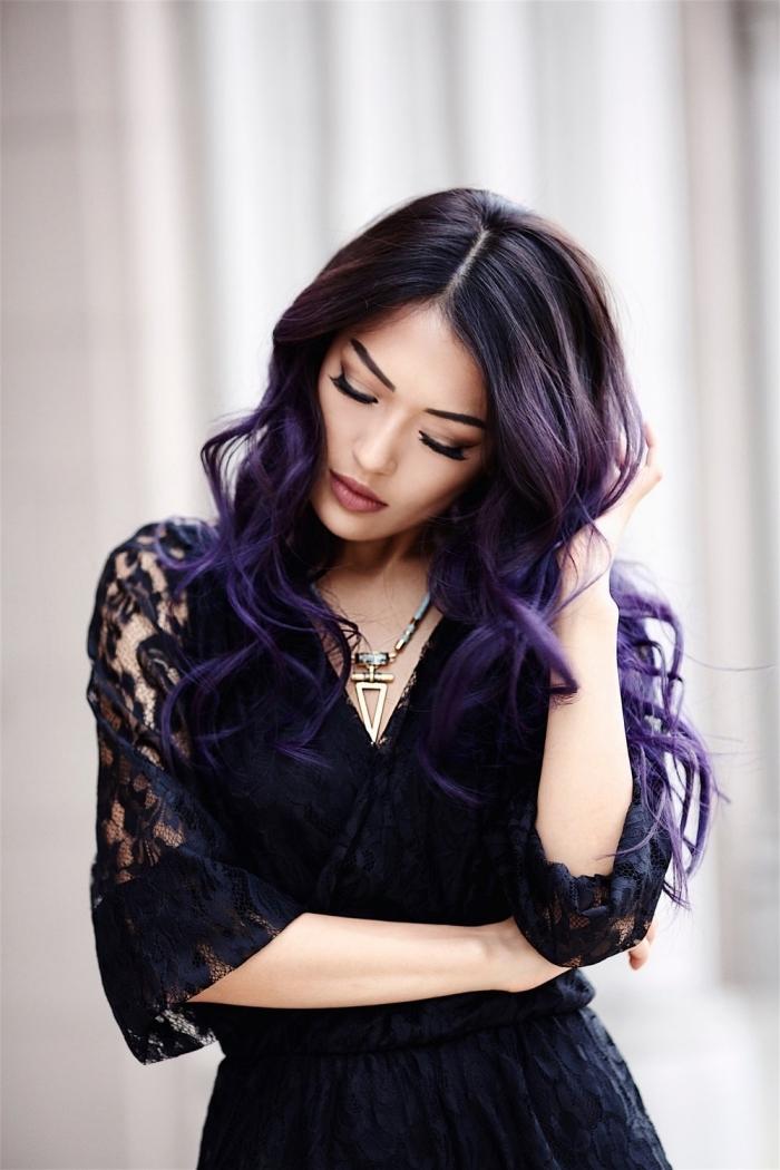 bunte haarfarben und outfits dazu, drama kleid in schwarzer farbe mit ärmeln aus spitze und große halskette