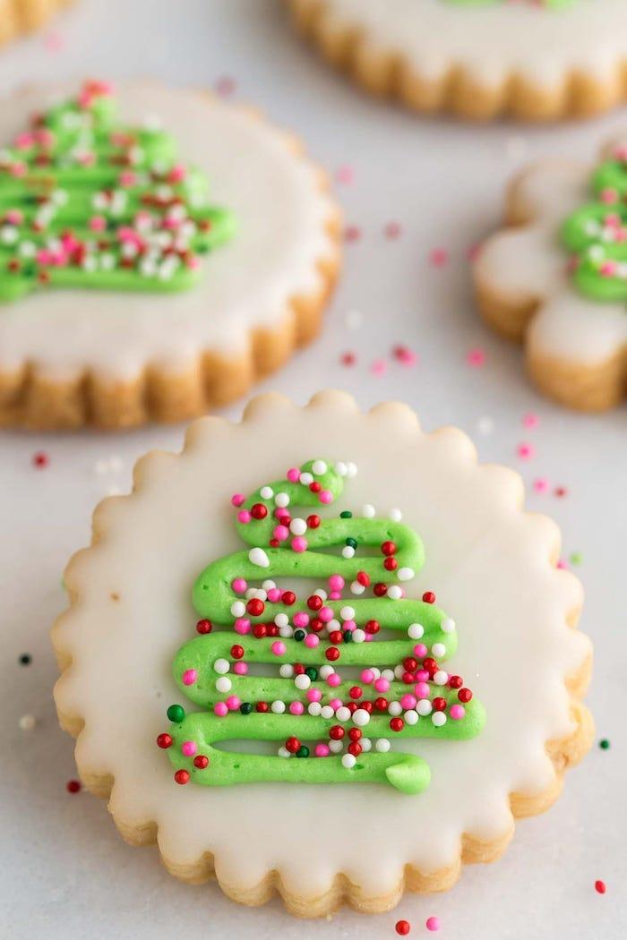 Leckere und schöne Weihnachtsplätzchen selber backen und dekorieren, Christbäumchen aus Glasur und Zuckerperlen