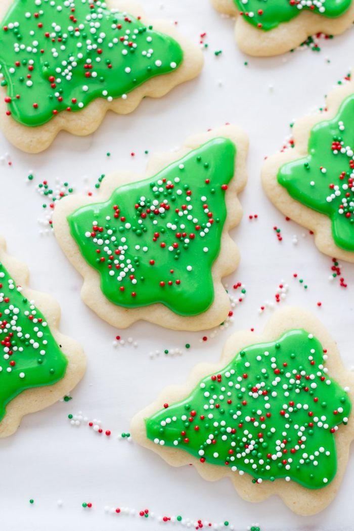 Weihnachtskekse backen und verzieren mit Kindern, Christbäumchen Plätzchen mit grüner Glasur und Zuckerperlen
