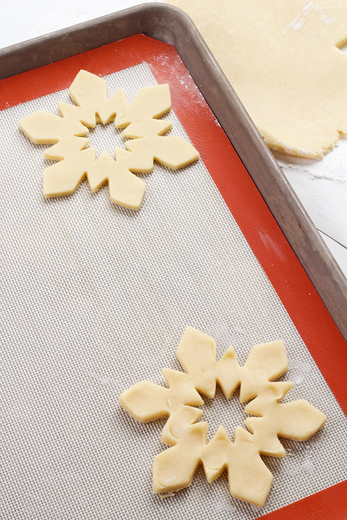 Schneeflocken Plätzchen selber backen, Kekse zum Ausstechen mit Zuckerguss verzieren
