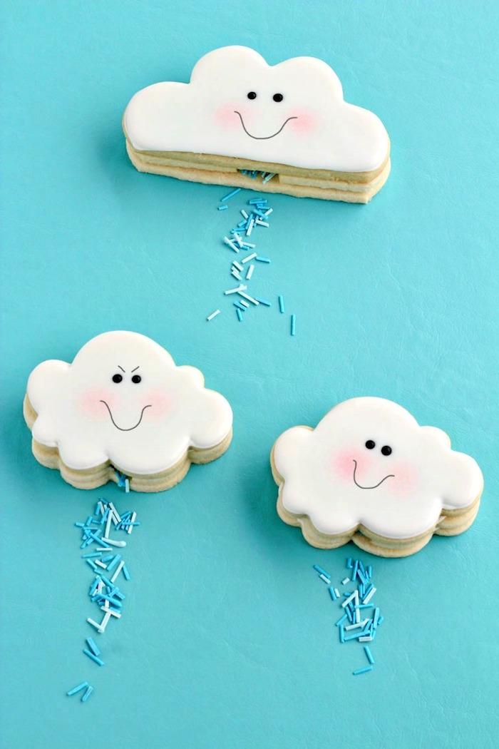 Leckere und schöne Plätzchen in Form von Wolken mit Gesichtern, mit Zuckerguss und Zuckerstreuseln dekorieren